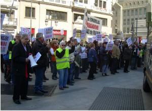 Manifestantes ante la Consejería de Urbanismo y Medio Ambiente de la CAM